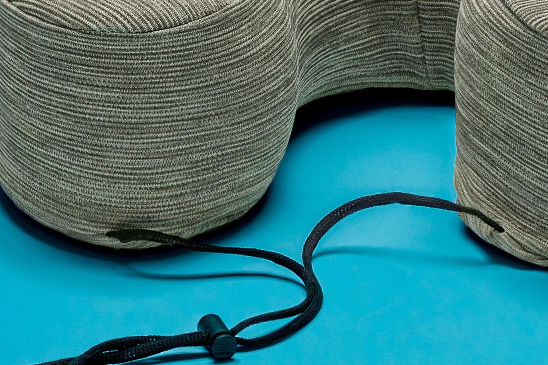 dettaglio Cuscino relax sostegno collo grigio con laccio