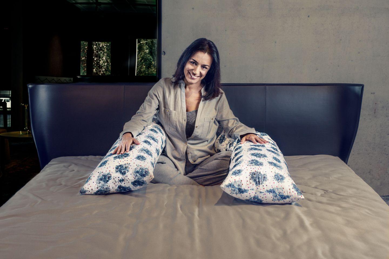 ragazza a letto con cuscino con federa Fluorish