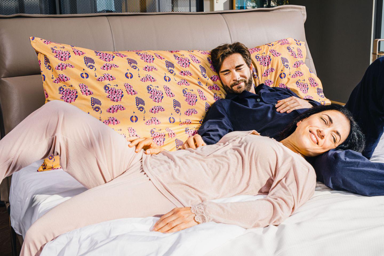 Coppia a letto con federe cuscino Fabe