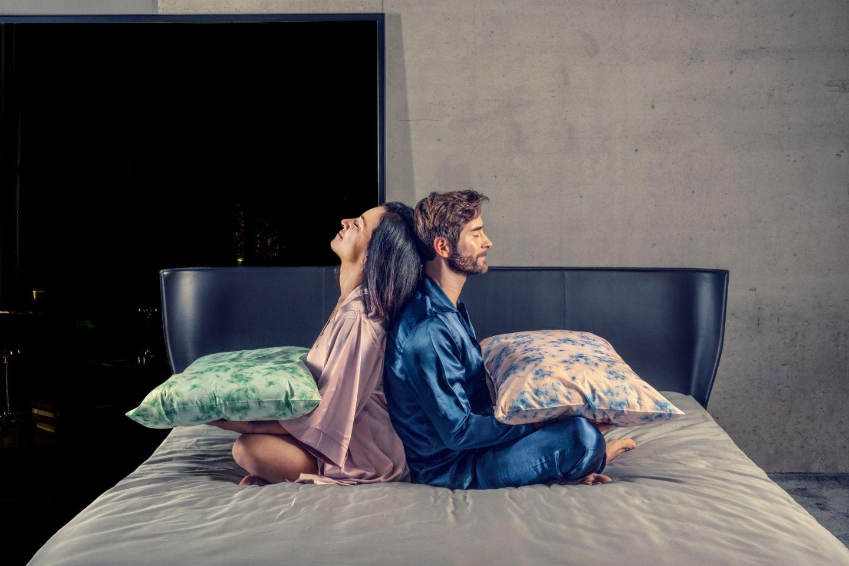 coppia a letto con federe cuscino sense