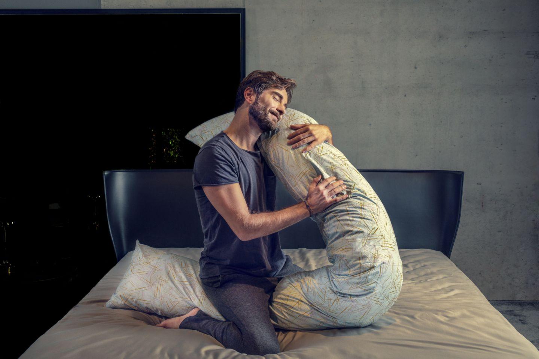 uomo su letto con federa cuscino sense