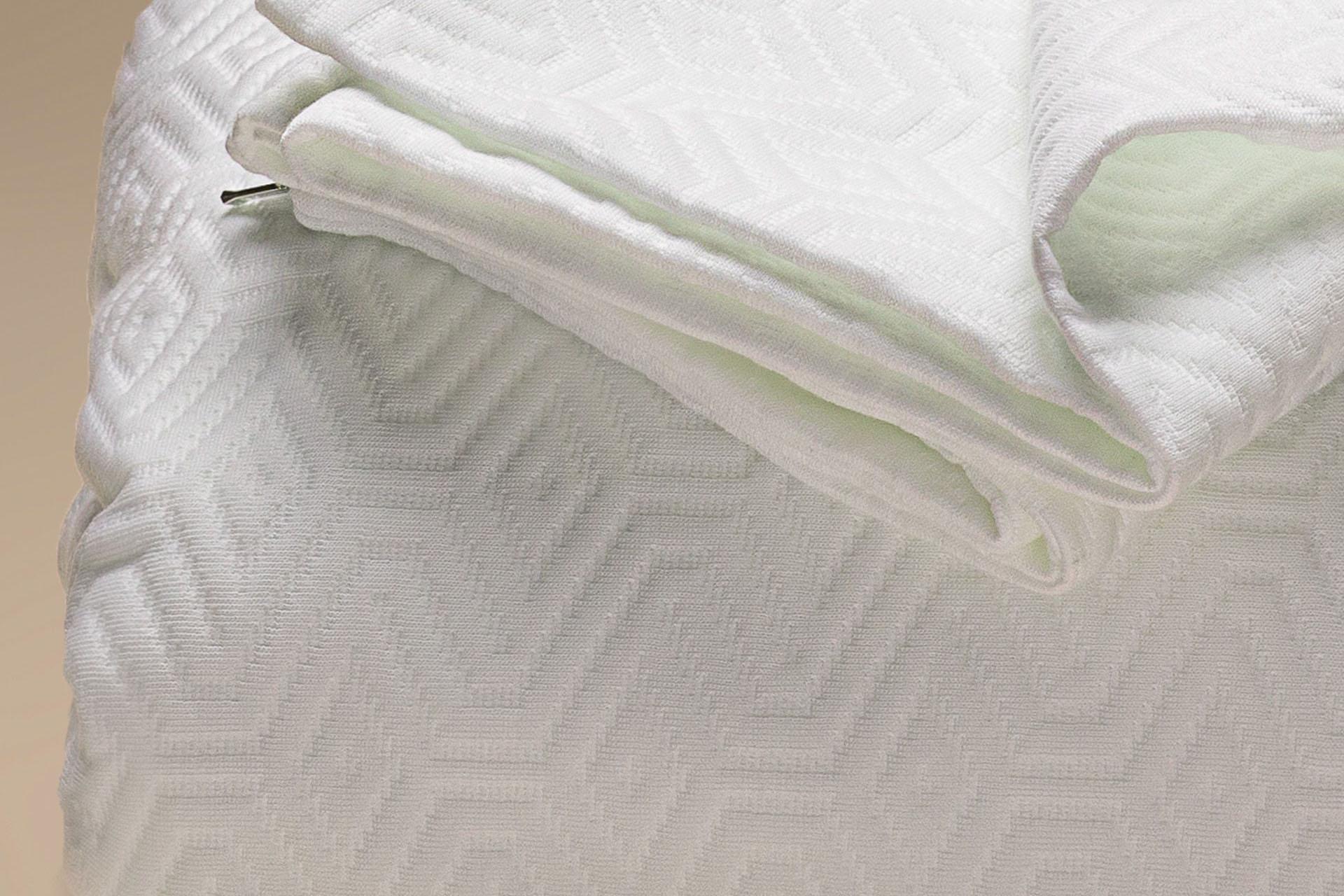 Dettaglio Copricuscino con coprimaterasso semi imbottito a cappuccio